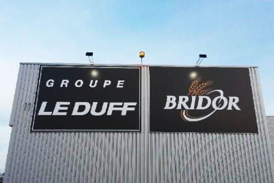 Groupe Le Duff - Bridor - enseigne toile tendue - éclairage par spots - Agraph Publicité - agence publicitaire - Melesse (35)