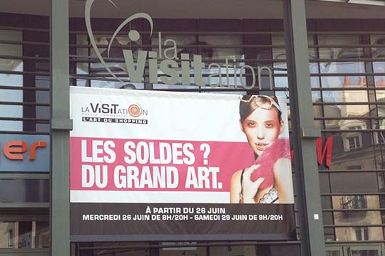 La Visitation bâche devanture pour soldes d'été - Agraph Publicité - agence publicitaire - Melesse (35)