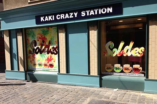 Kaki Crazy Station - adhésif soldes vitrine - Agraph Publicité - agence publicitaire - Melesse (35)