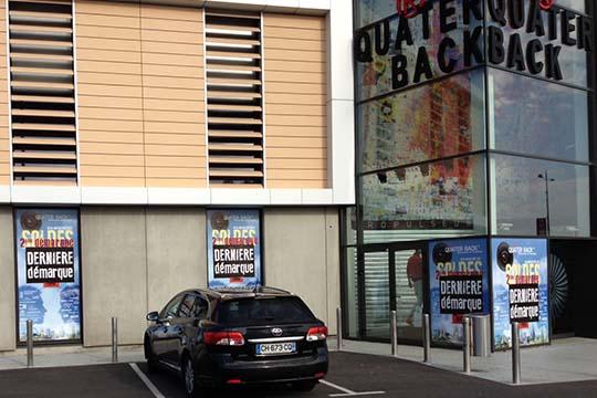 Quater Back - adhésif soldes vitrines - Agraph Publicité - agence publicitaire - Melesse (35)