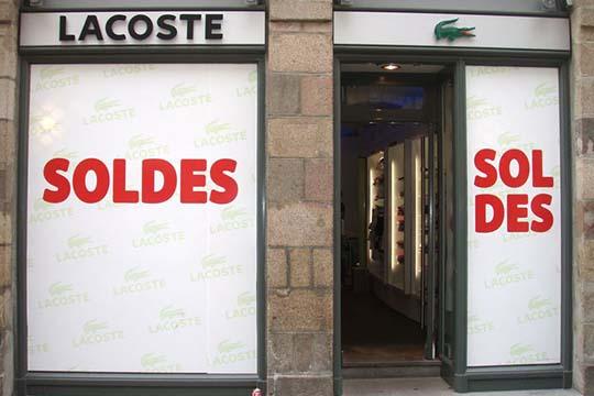 Lacoste - adhésif soldes vitrine - Agraph Publicité - agence publicitaire - Melesse (35)